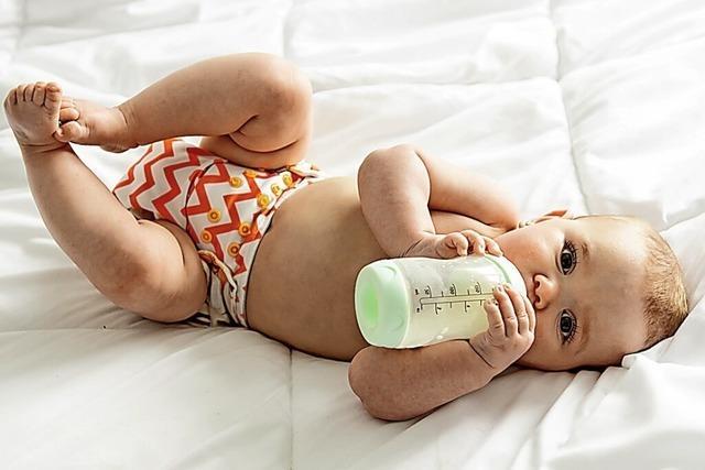 Babys schon früh Dinge anfassen lassen