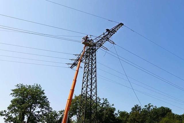 Arbeiten an Strommasten in luftiger Höhe in Murg