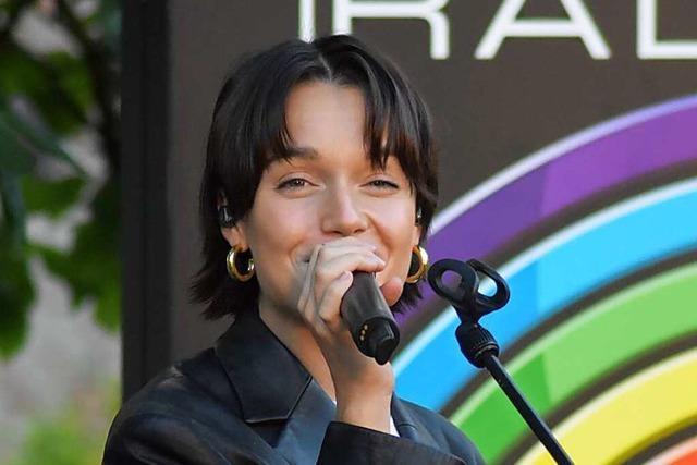 Sängerin Lotte ist in einem privaten Garten in Friesenheim aufgetreten
