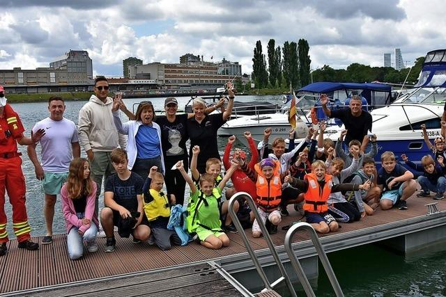 20 Kinder genießen Bootsausfahrt