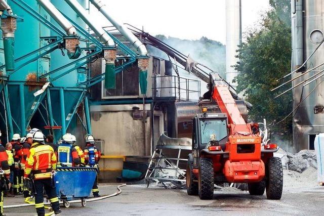 Feuerwehren bringen Feuer in Recyclingunternehmen rechtzeitig unter Kontrolle
