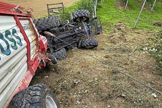 Traktor klemmt Kind ein
