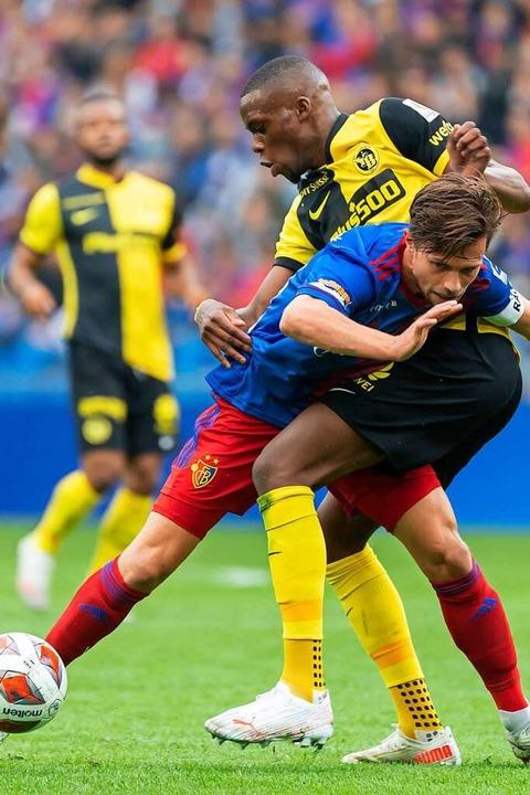 Vor der Pause hatte der FC Basel mit V... (hinten) einen enorm  schweren Stand.  | Foto: Georgios Kefalas (dpa)