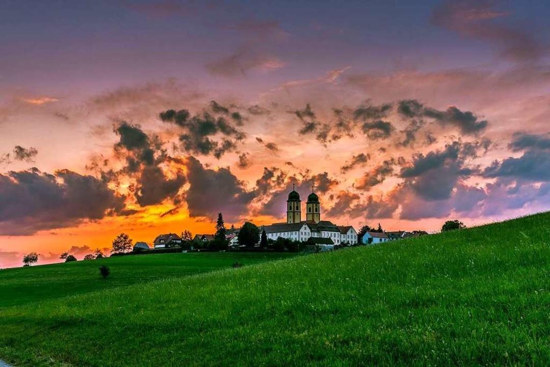 Die sanfte Berglandschaft, das Kloster...altigkeit machen St. Märgen besonders.  | Foto: Felix Walter