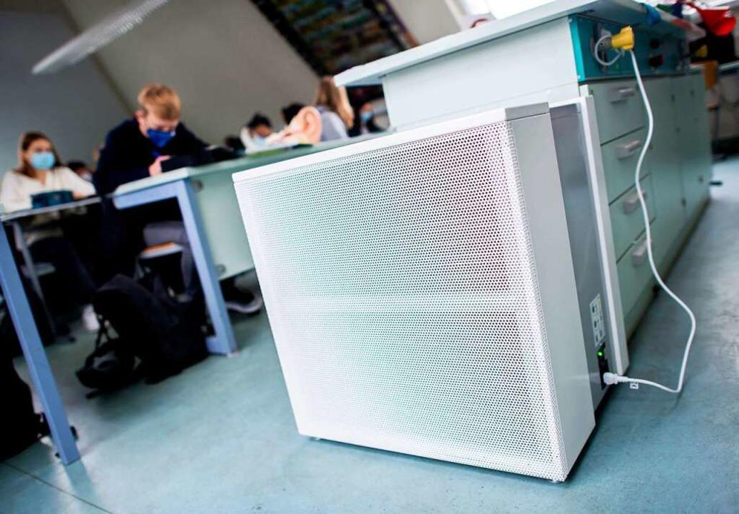 Mobile Luftfilter sind zum Teil schon ...Schule im niedersächsischen Oldenburg.  | Foto: Hauke-Christian Dittrich (dpa)