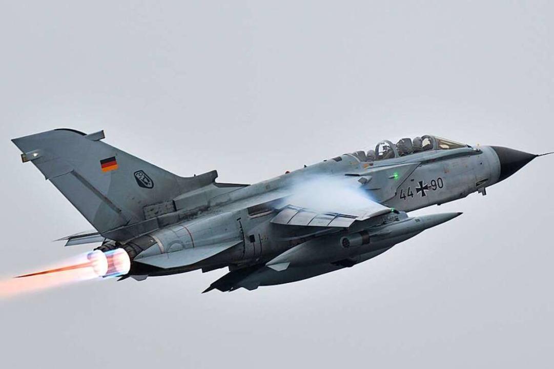 Ein deutscher Tornado-Kampfjet mit ein...chbrenner nach dem Start in der Eifel.  | Foto: Harald Tittel (dpa)