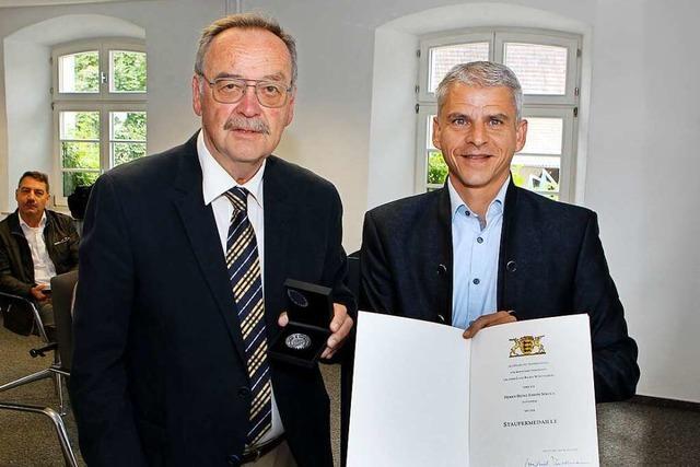 Heinz Nikola mit der Staufermedaille ausgezeichnet