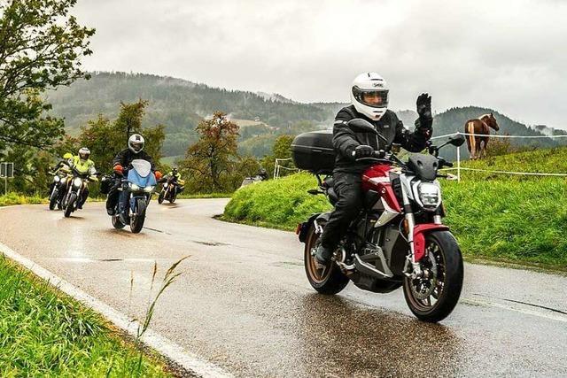 E-Motorrad-Fans werben für lärmloses und klimafreundliches Fahren