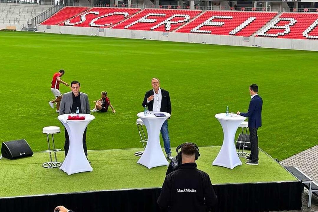 SC-Vorstand Oliver Leki und Europa-Par...nd Mack mit Moderator Jens Zimmermann.  | Foto: Joachim Röderer