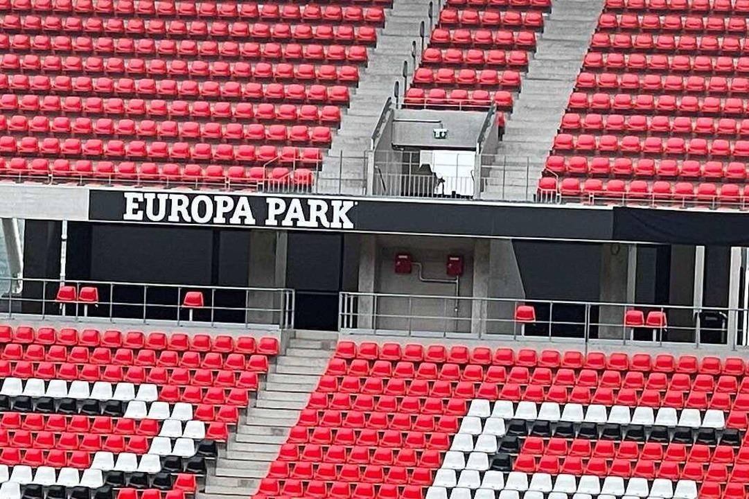 Noch verhüllt: Der Name des neuen Stadions.  | Foto: Joachim Röderer