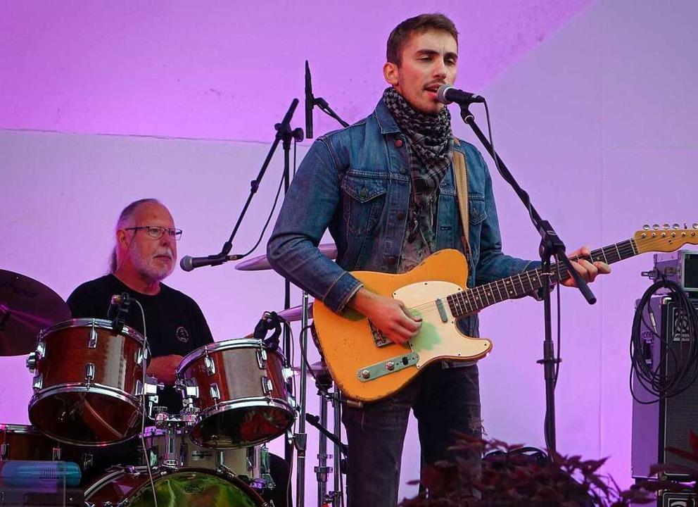 Flo Bauer, Jungstar des Blues, auf der Bühne im Schlosspark in Bad Säckingen    Foto: Roswitha Frey