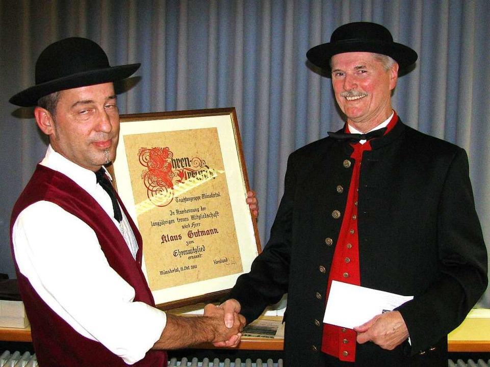 Hanspeter Hofmann (links) gratuliert Ehrenmitglied Klaus Gutmann    Foto: Manfred Lange