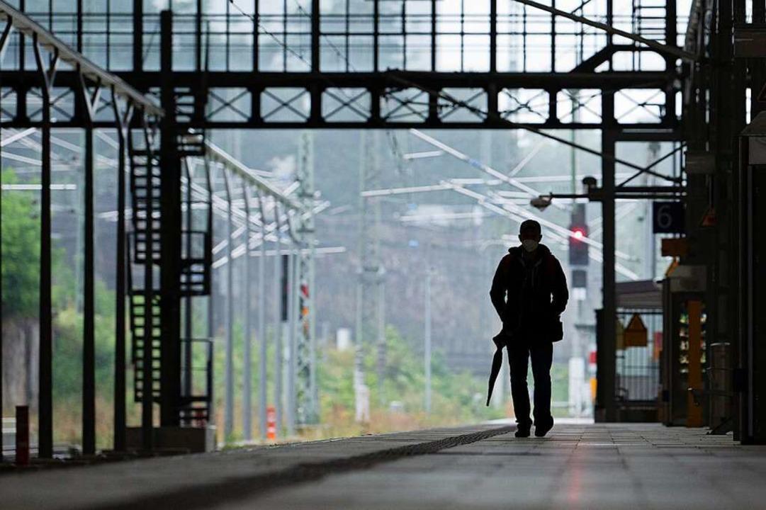 Warten auf den Zug<ppp></ppp>    Foto: Sebastian Kahnert (dpa)