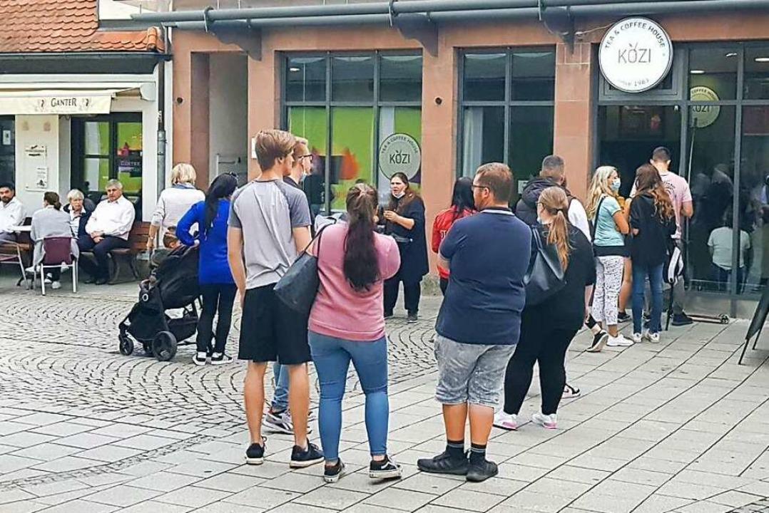 Eine lange Schlange bildet sich vor de...n Bubble Tea-Laden in der Marktstraße.    Foto: Christian Kramberg