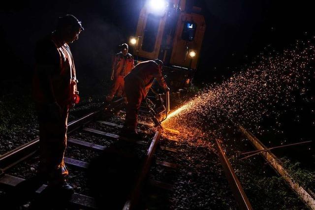 Wie die Bahn nachts im Schwarzwald Schienen auswechselt