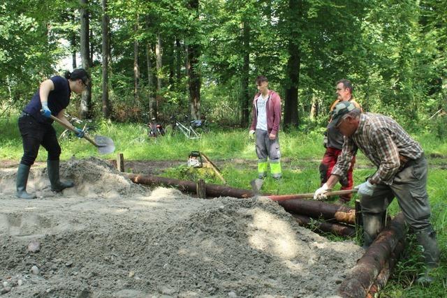 Internationales Workcamp unterstützt Arbeiten im Taubergießen