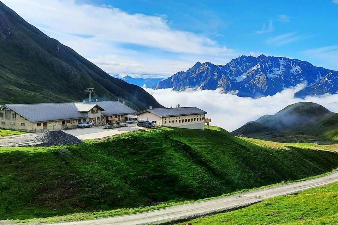 Die Alp Bella liegt auf etwa 2380 Mete...dazugehörigen Weiden ihre Kühe grasen.    Foto: Simon Zimmermann