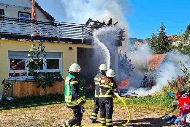 Gartenhaus in Flammen – Wohnhaus kann gesichert werden