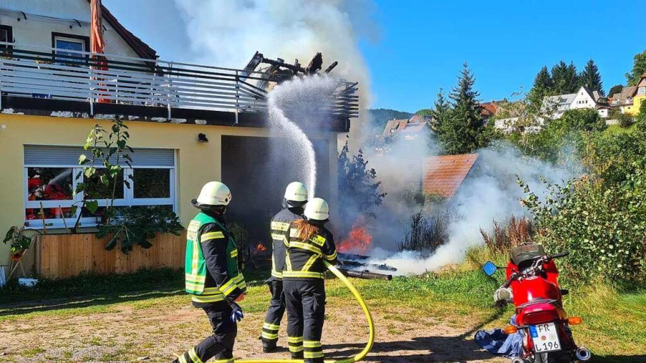 Wasser marsch: Die Wehr beim Löschen des Brandes.  | Foto: Kamera 24