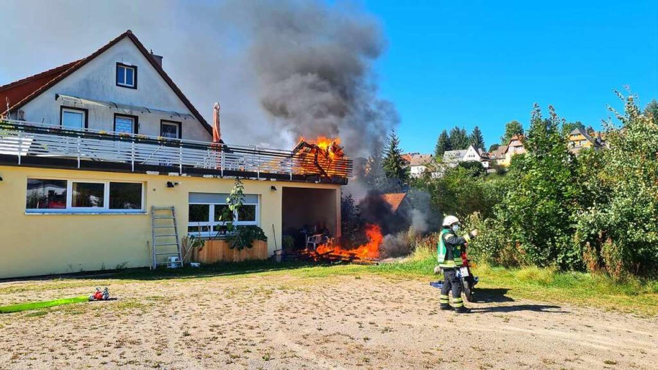 Das Gartenhaus auf der Terrasse brannte komplett ab.  | Foto: Kamera 24