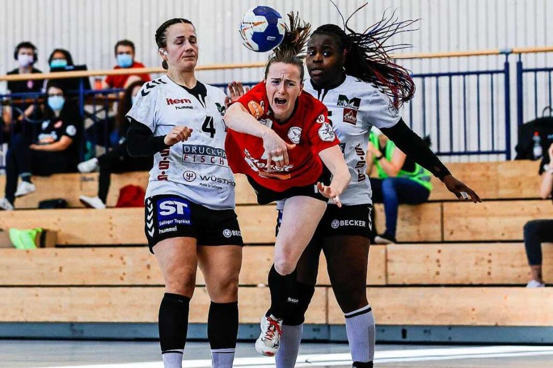 HSG-Spielmacherin Rebecca Dürr will au...i Gegenspielerinnen hindurchschlüpfen.  | Foto: BEAUTIFUL SPORTS/G. Hubbs via www.imago-images.de