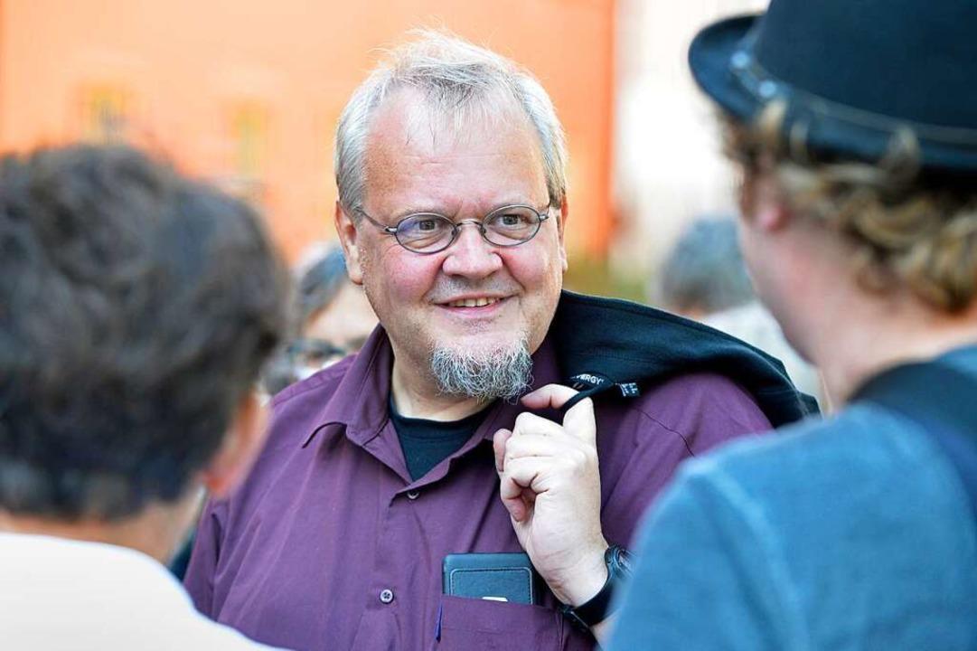 Das Handy in der Brusttasche, das Jackett über der Schulter: Tobias Pflüger.  | Foto: Michael Bamberger