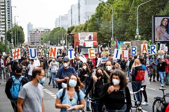 Tausende demonstrieren in Berlin friedlich für eine solidarische Gesellschaft