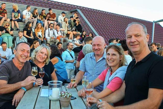 Feiernde zogen in Eichstetten beim Weinfest to go von Hof zu Hof