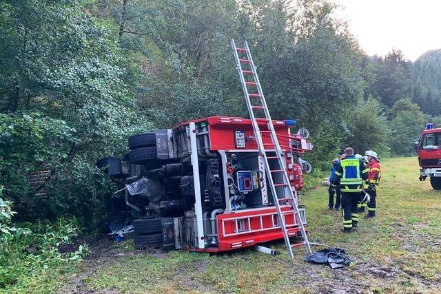 Feuerwehrauto kippt auf Einsatzfahrt im Kleinen Wiesental um