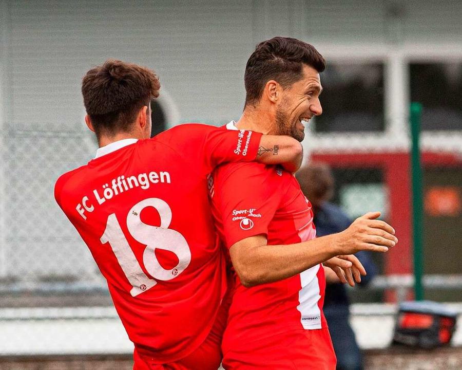 Rote Freude: Julan Reich und Benjamin ...), der für Löffingen das 2:0 erzielte.  | Foto: Wolfgang Scheu