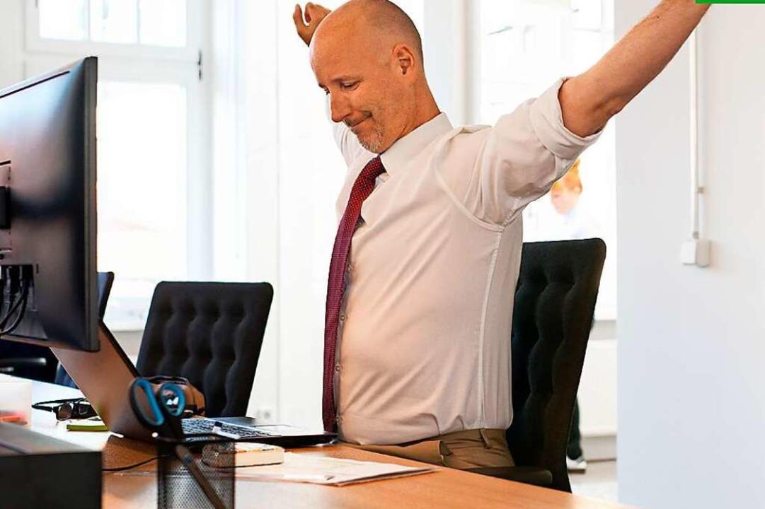 Rückenschmerzen ade: Seien Sie gespann...ve Übungen fürs Büro und für zu Hause!  | Foto: AOK