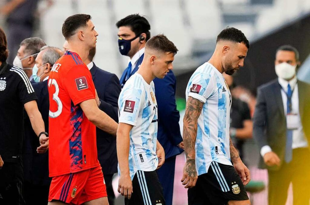 Mit hängenden Köpfen verlassen argentinische Spieler den Rasen.  | Foto: Andre Penner (dpa)