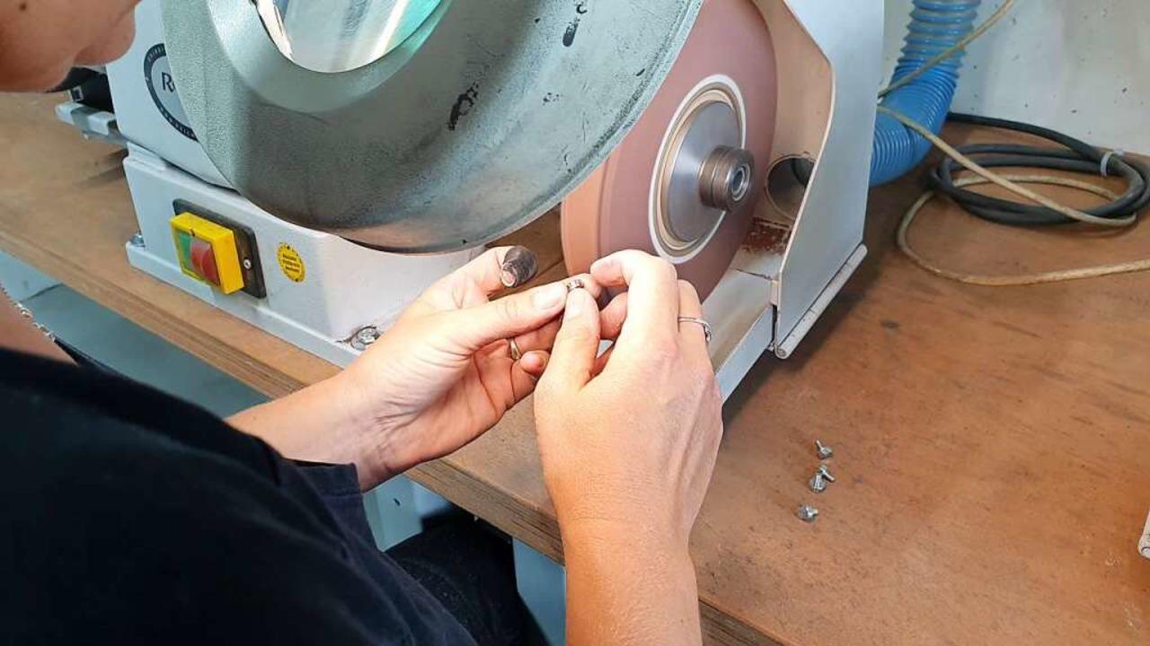 Nachkontrolle: Kleinste Fehler am Metallteil werden abgeschliffen.  | Foto: Theresa Steudel