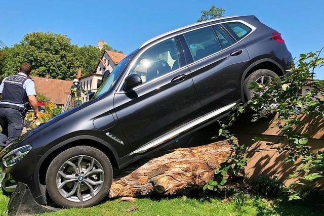 Vom Parkplatz abgekommen: SUV rutscht anderthalb Meter tief