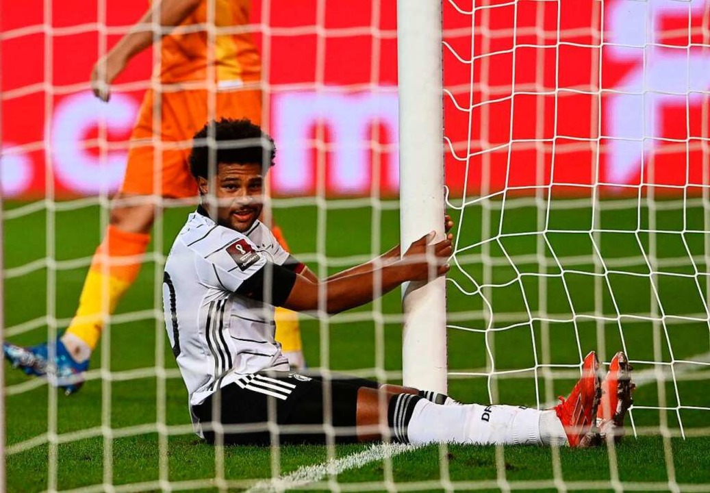 Zweimal schoss er den Ball ins Tor, einmal landete er selbst darin: Serge Gnabry  | Foto: CHRISTOF STACHE (AFP)