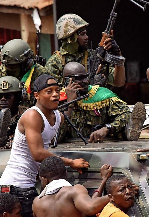 Menschen in Guinea feiern auf den Straßen die Putschisten.    Foto: CELLOU BINANI (AFP)