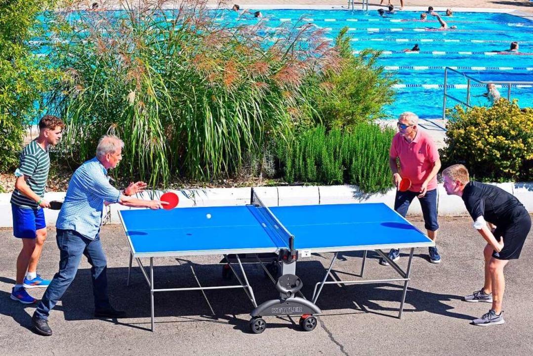 Tischtennis mit Poolblick    Foto: Michael Bamberger