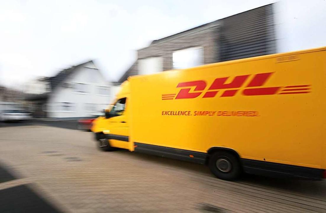 Die Paketzusteller bei DHL und ihren M...arbeiten unter permanentem Zeitdruck.   | Foto: INA FASSBENDER (AFP)