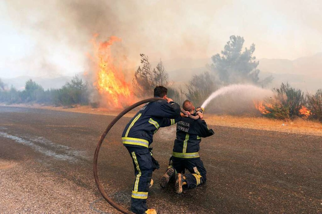 Feuerwehrleute kämpfen gegen die Flamm... in der türkischen Provinz Antalya an.    Foto: - (dpa)