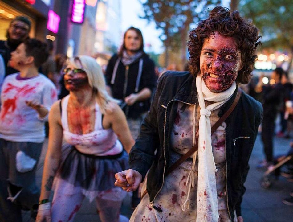 Als Zombie verkleidete Menschen beim &...20; durch die Innenstadt von Stuttgart  | Foto: Christoph Schmidt