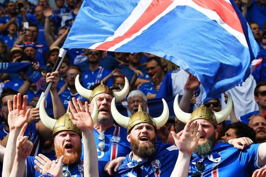 Die isländischen Fans galten früher &#...ben dem Platz eher wenig Erfreuliches.  | Foto: Georgi Licovski