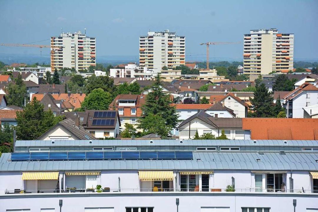 Die drei Hochhäuser prägen seit über 6...ie Silhouette der Stadt Weil am Rhein.    Foto: Hannes Lauber