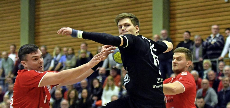 Möglichst selten wollen sich Jan Meinl... Konkurrenz am Torwurf hindern lassen.    Foto: Wolfgang Künstle