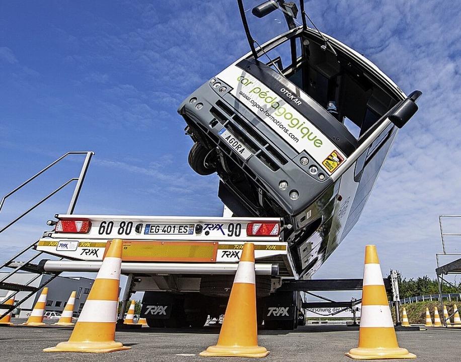 Ein Reisebus im Crashtest    Foto: Guido Kirchner (dpa)