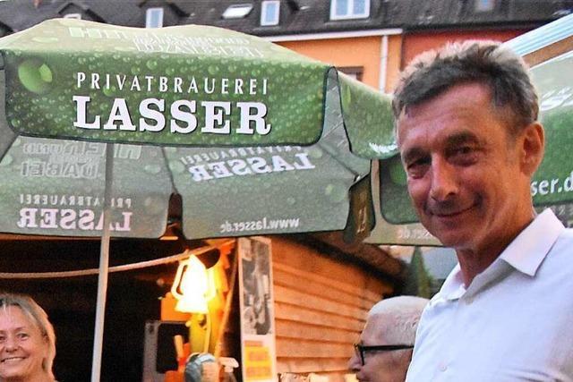 Christoph Hoffmann kommt im Lörracher Biergarten mit Kritik an der Bürokratie an