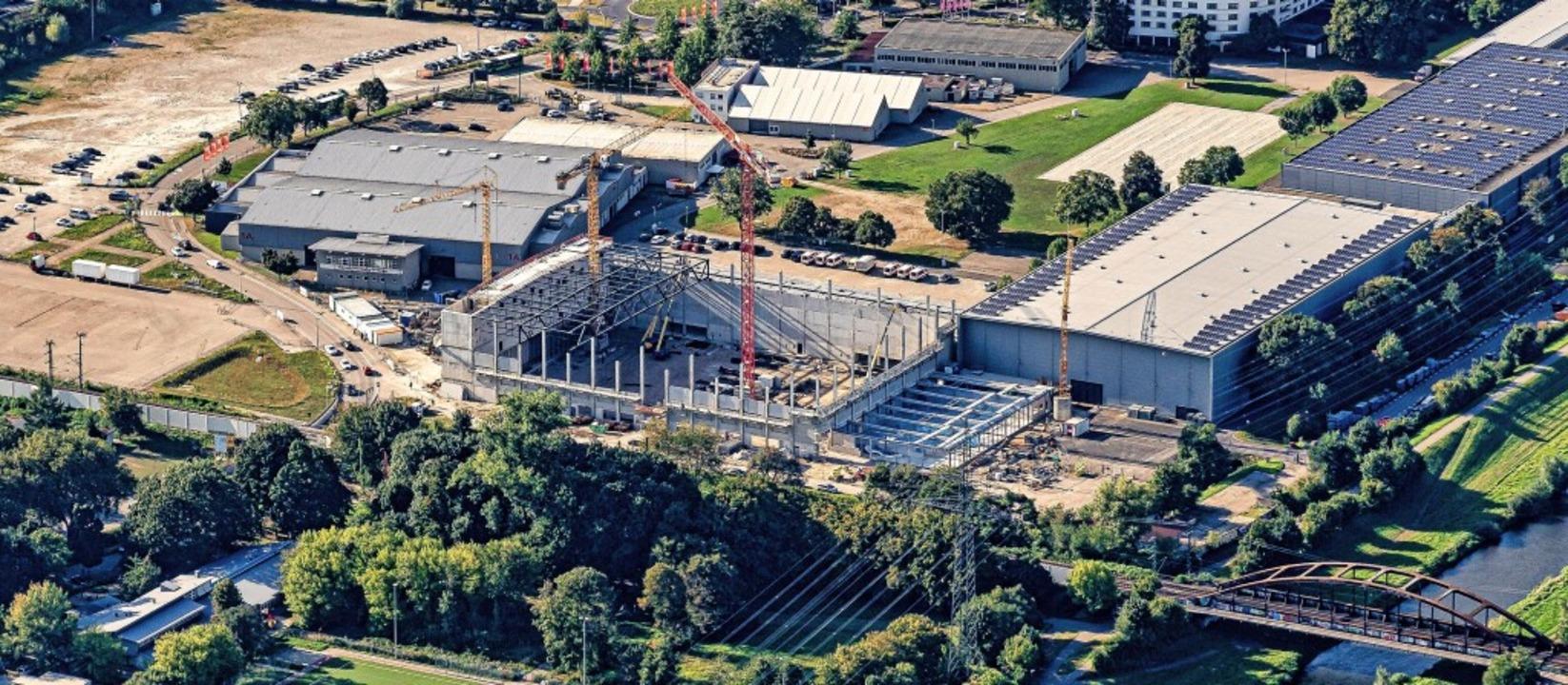 Die künftige Edeka-Arena auf dem Messe...hsende Baustelle. Bald ist Richtfest.   | Foto: Martin Bildstein