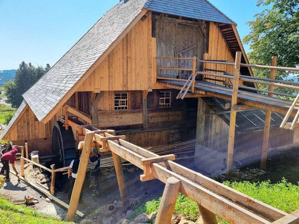 Über einen Holzsteg gelangt das Wasser...rrad, das an der Mühle angebracht ist.  | Foto: Nadine Klossek-Lais