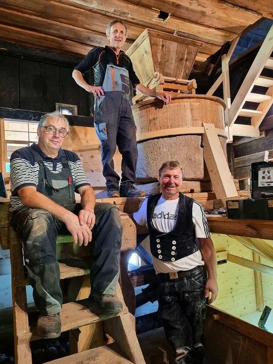 Thomas Hummel, Josef Saier und Roland ...(von links) testen die sanierte Mühle.  | Foto: Nadine Klossek-Lais