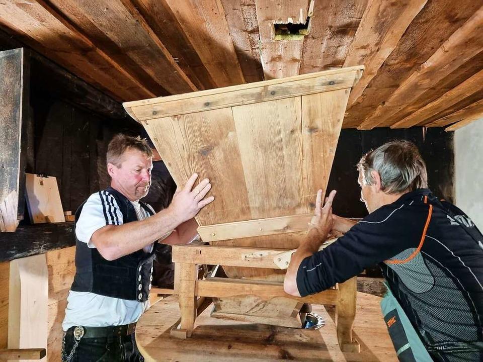 Roland Kech (links) und Josef Saier bei der Arbeit.  | Foto: Nadine Klossek-Lais