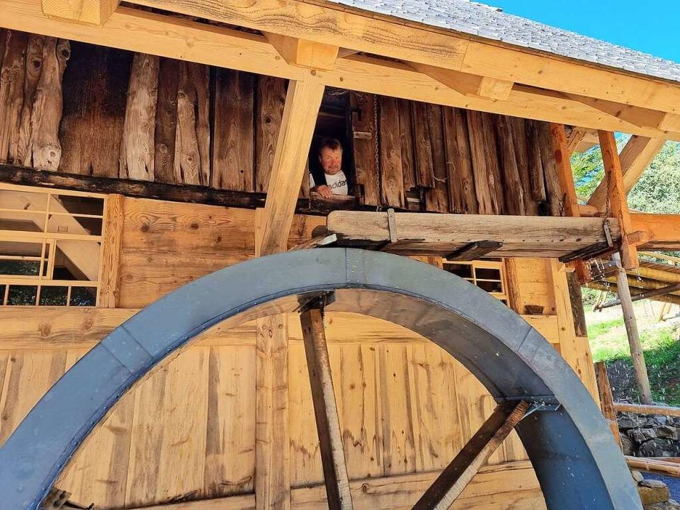 Läuft alles? Mühlenbauer Roland Kech prüft das Wasserrad.  | Foto: Nadine Klossek-Lais